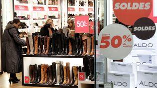 Ouverture des soldes au centre commercial So Ouest, à Levallois-Perret (Hauts-de-Seine), le 9 janvier 2013. (MAXPPP)