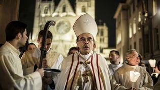Le cardinal Barbarin mène une procession à Lyon, le 8 décembre 2015. (JEFF PACHOUD / AFP)