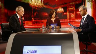 En Autriche, l'écologiste Alexander Van der Bellen, à gauche sur la photo, et l'élu d'extrême droite Norbert Hofer, à droite, ont débattu jeudi 1er décembre, avant le second tour de la présidentielle dimanche (LEONHARD FOEGER / REUTERS / X00360)
