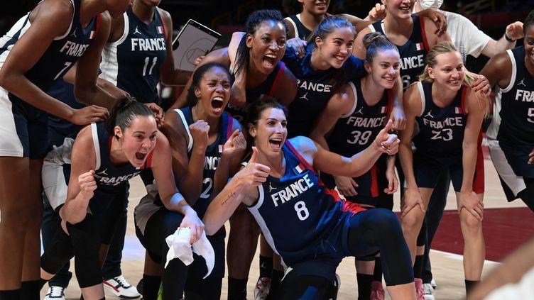 Les basketteuses de l'équipe de France, victorieuses de l'Espagne en quarts de finale du tournoi olympique, le 4 août 2021. (ARIS MESSINIS / AFP)