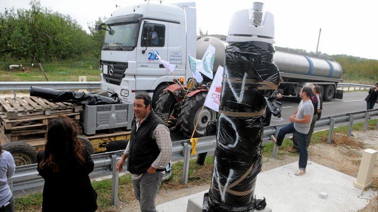 Une opération des jeunes agriculteurs et de la FDSEA contre l'écotaxe, sur la départementale entre Saint-Gilles et Vauvert, dans le Gard, le 22 octobre 2013. (MAXPPP)