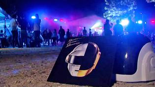 """Le duo français Daft Punk sort son tube planétaire """"Get Lucky"""" en 2013 accompagné de Pharell Williamas et Nile Rodgers  (France 2 / Culturebox)"""
