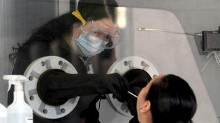 Une femme testée au Covid-19 à Guadalajara (Mexique). (ULISES RUIZ / AFP)