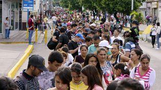 File d'attente de Vénézuéliens pour traverser le pont international Simon Bolivar, frontière entre le Venezuela et la Colombi, le 13 Août 2016 (MAURICIO DUENAS CASTANEDA / SIPA)