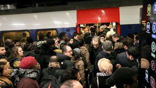Des passagers s'entassent dans un train à Gare du Nord (Paris), le 9 décembre 2019. (MICHEL STOUPAK / NURPHOTO / AFP)
