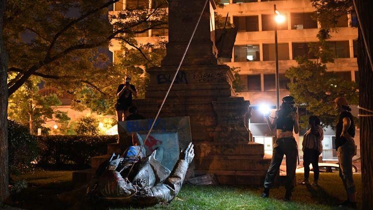 Des manifestants autour d'une statue du général confédéré Albert Pike, abattue le 19 juin 2020 à Washington (Etats-Unis). (ERIC BARADAT / AFP)