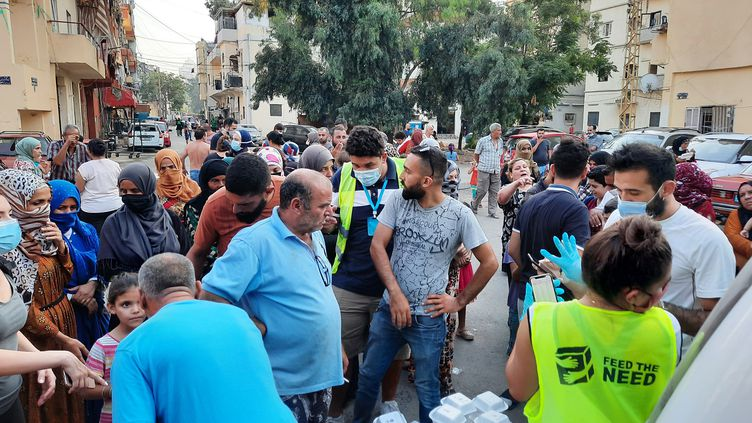 La distribution de repas organisée par Michel et Tina dans le quartier de la Quarantaine à Beyrouth (Liban), le jeudi 10 septembre 2020. (AURELIEN COLLY / RADIO FRANCE)