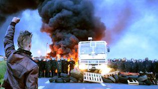 Un manifestant lors de la levée du blocage du dépôt de carburant deDouchy-Les-Mines (Nord), le 25 mai 2016. (FRANCOIS LO PRESTI / AFP)