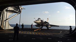 """Un Rafale lors d'un exercice franco-indien, le 9 mai 2019, sur le porte-avions """"Charles-de-Gaulle"""", au large de l'Inde. (PUNIT PARANJPE / AFP)"""