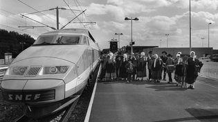 Photo datant du 16 juillet 1981 du premier TGV circulant avec des passagers sur la nouvelle ligne Paris Sud entre Lyon et Montchanin-Le Creusot. (EDMOND PINAUD / AFP)