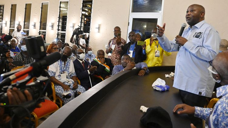 L'ancien président ivoirien Laurent Gbagbodevant ses partisans au bureau de son parti le Front populaire ivoirien (FPI) à Abidjan, le 17 juin 2021. (SIA KAMBOU / AFP)