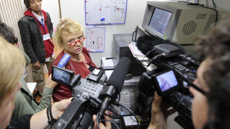 La candidate à l'élection présidentielle Europe écologie - Les Verts Eva Joly visite une ONG japonaise en charge de la mesure de la radioactivité à Fukushima, le 21 octobre 2011. (KAZUHIRO NOGI/REUTERS)