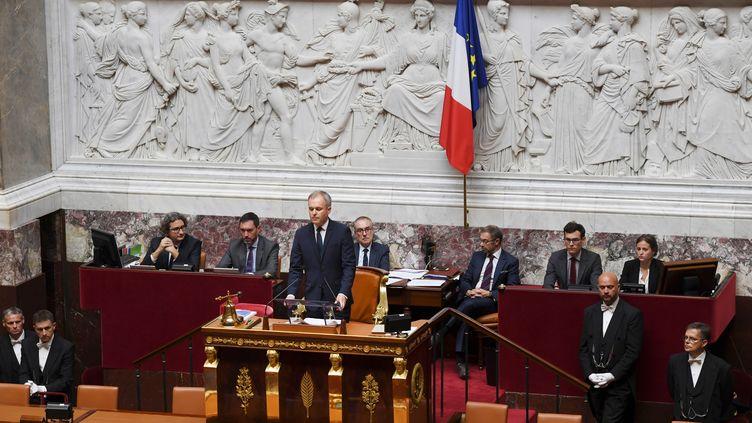 Les drapeaux français et européen, derrière le président de l'Assemblée nationale, François de Rugy, le 27 juin 2017. (CHRISTOPHE ARCHAMBAULT / AFP)
