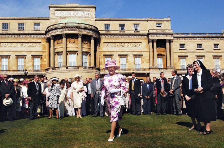 (La reine ouvre la première garden party de l'été 2005 à Buckingham Palace.  © Maxppp)