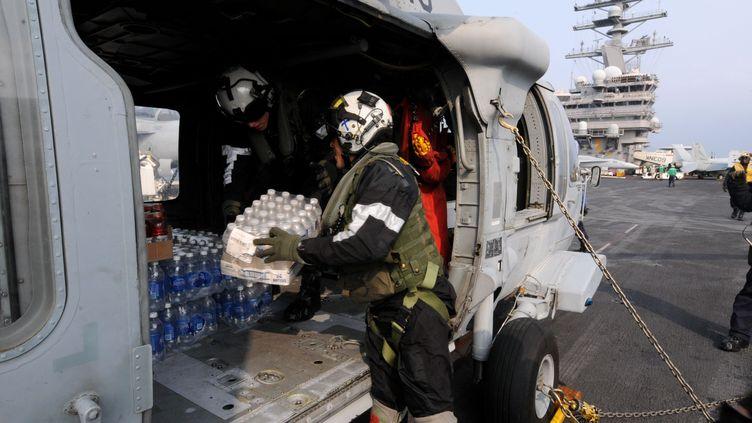 """Sur le pont du porte-avion américain """"RSS Ronald Reagan"""", au large de Fukushima (Japon), le 14 mars 2011. (NAVY VISUAL NEWS SERVICE / AFP)"""