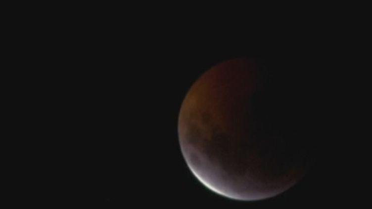 """Les astronomes et amateurs ont pu observer la """"Super Lune de sang"""" dans la nuit du dimanche au lundi 21 janvier. (FRANCE 2)"""