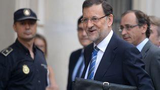 Le chef du gouvernement espagnol, Mariano Rajoy, arrive au Parlement où il doit s'expliquer sur le scandale de corruption dans lequel il est cité, le 1er août 2013 à Madrid (Espagne). (DOMINIQUE FAGET / AFP)