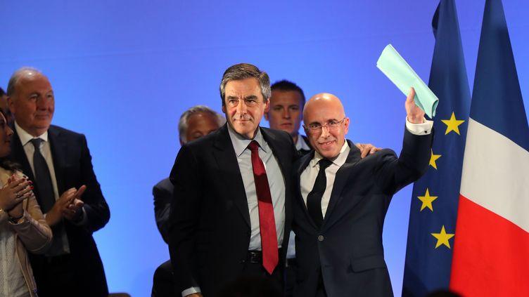 Le député Les Républicains Eric Ciotti (à droite) aux côtés de François Fillon, le 17 avril 2017 à Nice (Alpes-Maritimes). (VALERY HACHE / AFP)