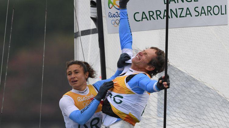 Santiago Lange et Cecilia Carranza Sarolicélèbrent leur titre olympique enNacra 17 mixte aux Jeux de Rio, le 16 août 2016. (WILLIAM WEST / AFP)