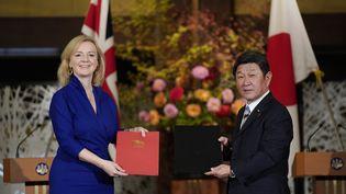 La ministre britannique du Commerce international, Liz Truss, et le ministre japonais des Affaires étrangères, Toshimitsu Motegi, lors de la signatured'un accord commercial bilatéral, le 23 octobre 2020 à Tokyo (Japon). (KIMIMASA MAYAMA / POOL / AFP)