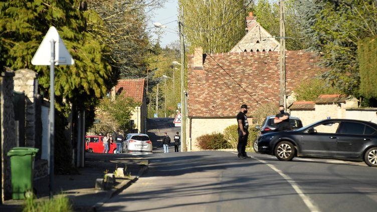 Des policiers conduisent une perquisition au domicile de l'homme qui a tué une fonctionnaire de police à Rambouillet (Yvelines), le 23 avril 2021. (BERTRAND GUAY / AFP)