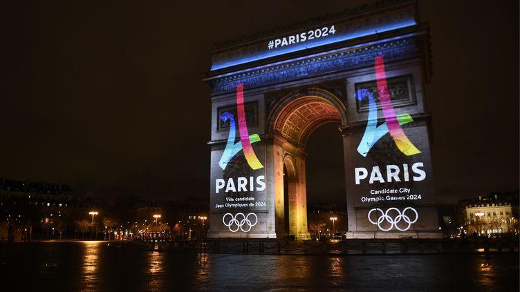 Le logo de la candidature parisienne aux JO-2024 s'affiche sur l'Arc de Triomphe (LIONEL BONAVENTURE / AFP)