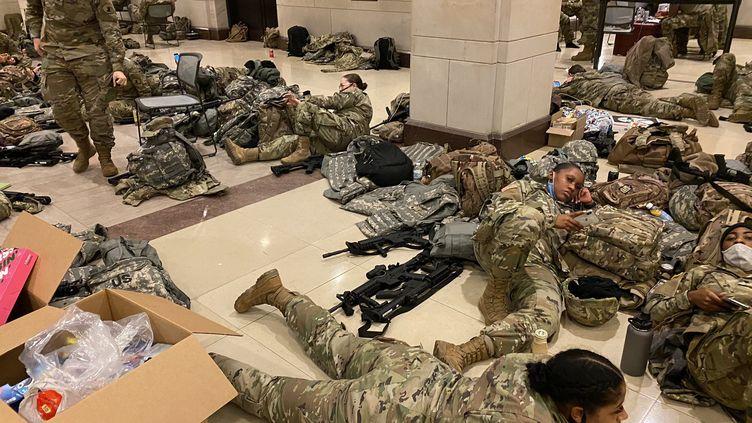 Des soldats de la Garde nationale se reposent dans le Capitale à Washington aux Etats-Unis. (GREGORY PHILIPPS / RADIO FRANCE)