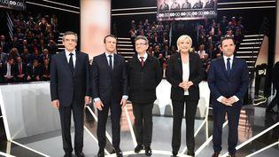 François Fillon, Emmanuel Macron, Jean-Luc Mélenchon, Marine Le Pen et Benoît Hamon, sur le plateau de TF1, le 20 mars 2017. (ELIOT BLONDET / AFP)