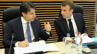 Le président de la République, Emmanuel Macron, et le chef du gouvernement italien, Giuseppe Conte,en discussion lorsdu sommet européen à Bruxelles, le 24 juin 2018. (DURSUN AYDEMIR / ANADOLU AGENCY / AFP)