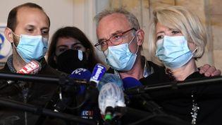 Les parents d'Alexia Daval, Isabelle Fouillot et Jean-Pierre Fouillot, devant le tribunal de Vesoul (Haute-Saône), le 20 novembre 2020. (SEBASTIEN BOZON / AFP)