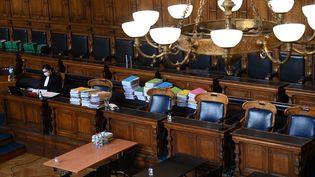 Une magistrate dans la salle d'audience du procès de Bernard Tapie dans l'affaire de l'arbitrage controversé du Crédit Lyonnais en 2008, le 10 mai 2021 au palais de justice de Paris. (ANNE-CHRISTINE POUJOULAT / AFP)
