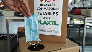 Une boîte de collecte de recyclage de masques. (GUILLAUME SOUVANT / AFP)