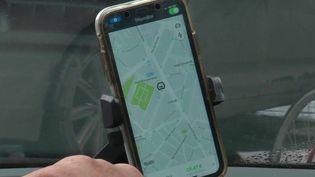 La Cour de cassation a estimé qu'un ancien chauffeur Uber aurait dû être salarié de l'entreprise et non auto-entrepreneur. Cette décision pourrait bouleverser le fonctionnement du secteur. (France 2)