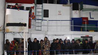 Des migrants sur le pont de l'Ezadeen, le 3 janvier 2015 à son arrivée en Calabre (Italie). (  REUTERS)