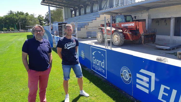 Le manager sportif de l'équipe de football fémininede l'ASJ Soyaux Charente, Louis Dupeyrat (à gauche) et l'entraîneur Sebastien Joseph (à droite) devant les tribunesrénovées. (GUILLAUME BATTIN/ RADIOFRANCE)