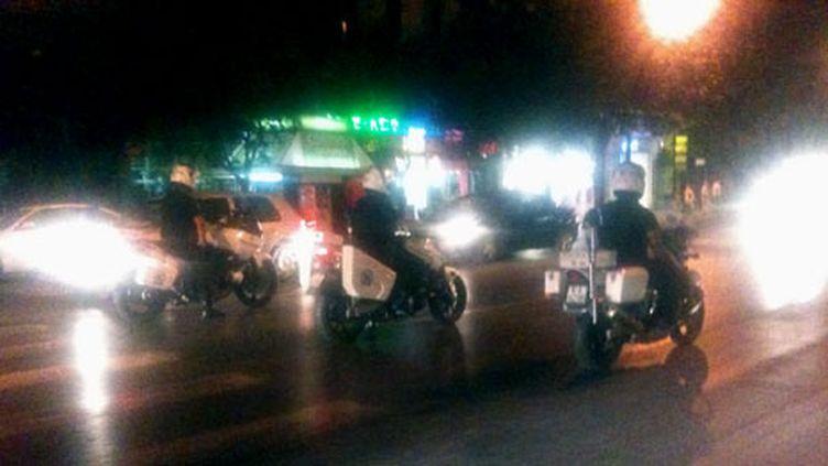 Policiers en motos, fermant la manifestation d'indignés à Thessalonique (nord), le 21 août (Photo Jean-Claude Rongeras)