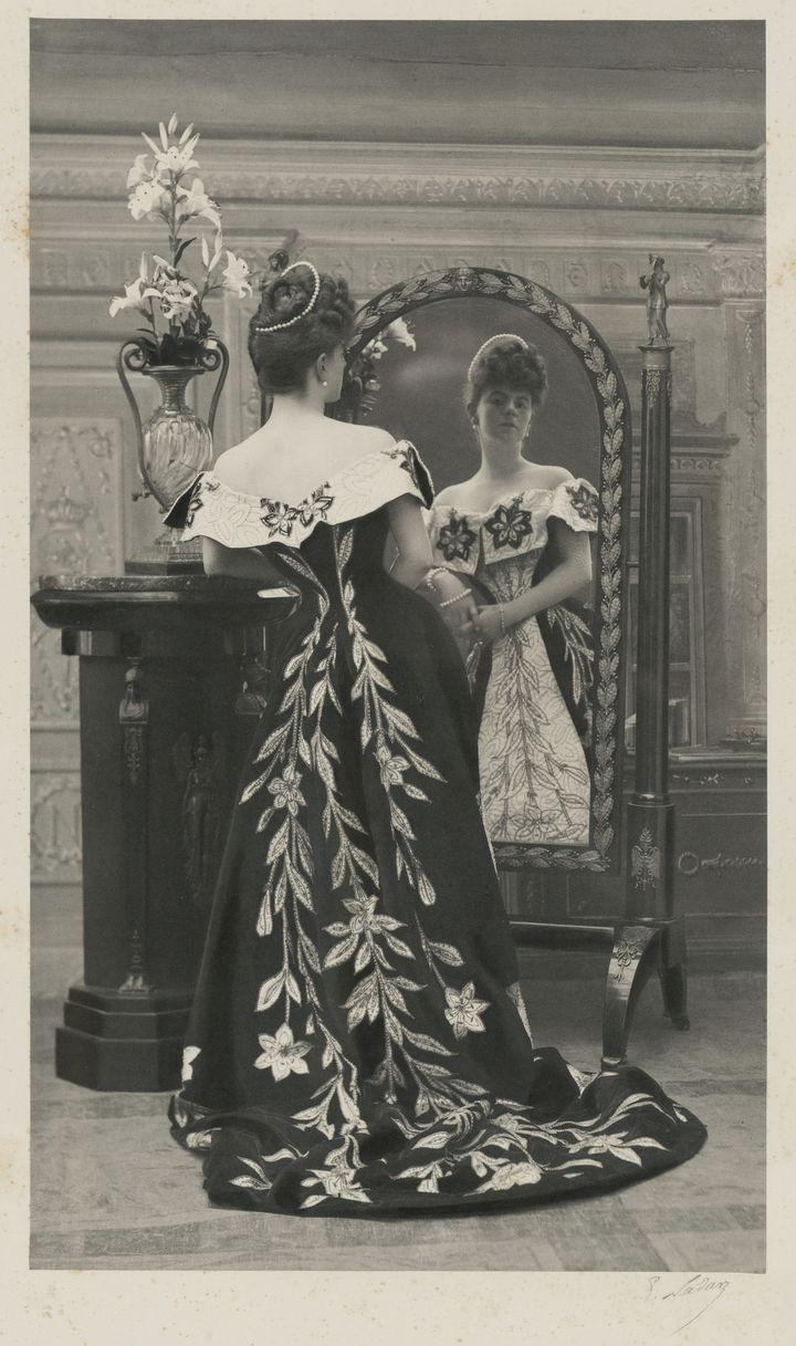 La comtesse vécut la fin du Second Empire, deux Républiques, deux guerres mondiales, connut la Belle Époque, les Années folles, et régna sur le gotha durant un demi-siècle. La plus belle femme de Paris - tant d'allure que d'esprit – met en scène ses apparitions, sait se faire rare, fugitive et incomparablement fascinante dans ses envolées de tulle, de gaze, de mousseline et de plumes, ses vestes kimono, ses manteaux de velours, ses motifs orientaux, ses tonalités d'or, d'argent, de rose et de vert... Elle choisit ses tenues pour souligner sa taille fine et mettre en valeur sa silhouette élancée.  (Nadar / Galliera / Roger-Viollet)