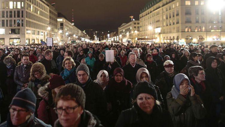 (Des milliers de Berlinois rassemblés devant la Porte de Brandebourg © Markus Schreiber/AP/SIPA)