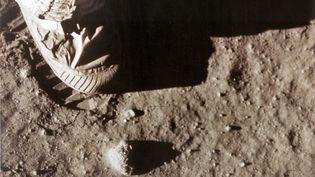Neil Armstrong laisse une empreinte de son pied droit sur le sol lunaire, le 21 juillet 1969. (NASA / AFP)
