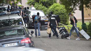 Les policiers lors de la perquisition du domicile du suspect, le 27 mai 2019 à Oullins. (ROMAIN LAFABREGUE / AFP)