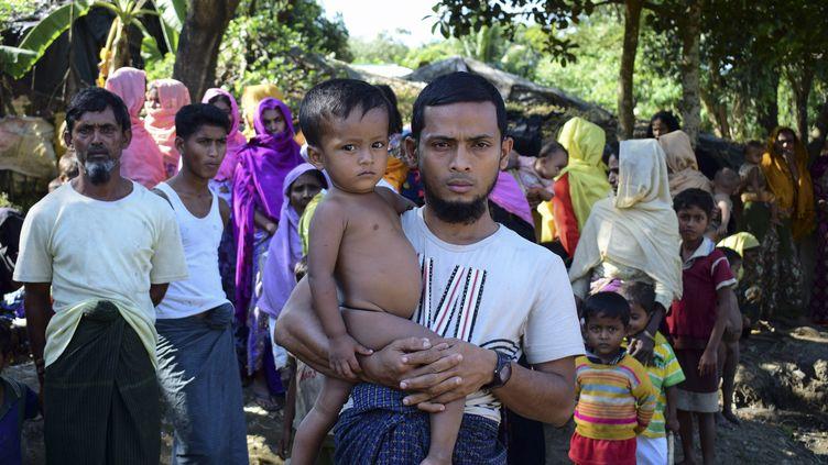 Des réfugiés de la minorité rohingya dans un camp de réfugiés au Bangladesh, le 24 novembre 2016, après avoir fui la Birmanie. (SAM JAHAN / AFP)