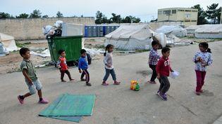 Des enfants jouent dans le campde réfugiés de Diavata, dans le nord de la Grèce, le 23 août 2016. (SAKIS MITROLIDIS / AFP)