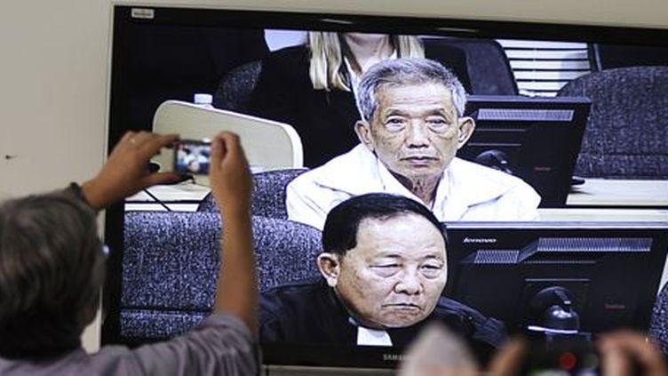 La retransmission, le 3 février 2012, du procès de «Douch», ancien directeur de la sinistre prison S-21, où périrent 15.000 personnes pendant la dictature khmère rouge entre 1975 et 1977 (REUTERS - Samrang Pring )