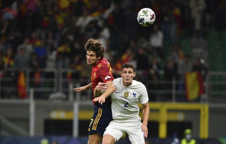 Benjamin Pavard au duel face à l'Espagnol Marcos Alonso en finale de la Ligue des nations, le 10 octobre 2021 au stade San Siro à Milan. (ISABELLA BONOTTO / ANADOLU AGENCY / AFP)