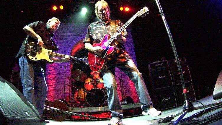 Le guitariste britannique Alvin Lee, avec le bassiste Pete Pritchard, aux Nuits de la guitare de Patrimonio près de Bastia, le 19 juillet 2009  (Pierre Murati/MAXPPP )