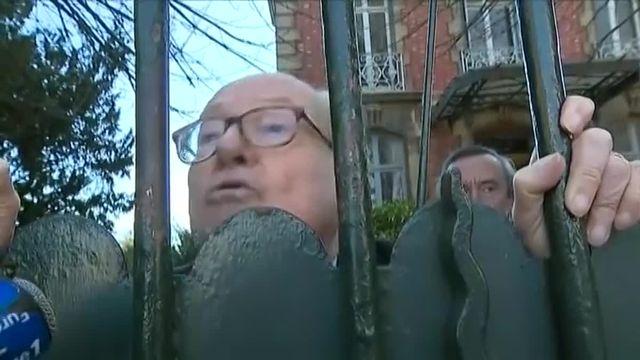 """""""Ici ce n'est pas l'Etat d'urgence, c'est l'état de siège"""" lance Jean-Marie Le Pen lors de la perquisition de sa maison"""