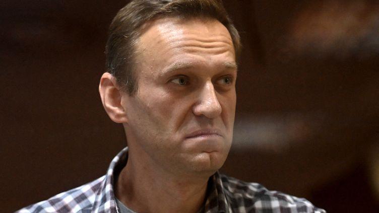 L'opposant russe Alexeï Navalny durant son procès, à Moscou (Russie), le 20 février 2021. (KIRILL KUDRYAVTSEV / AFP)