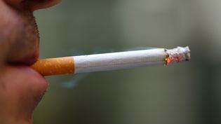Le gouvernement maintient l'interdiction stricte de fumer dans les colléges et les lycées. (ERIC FEFERBERG / AFP)