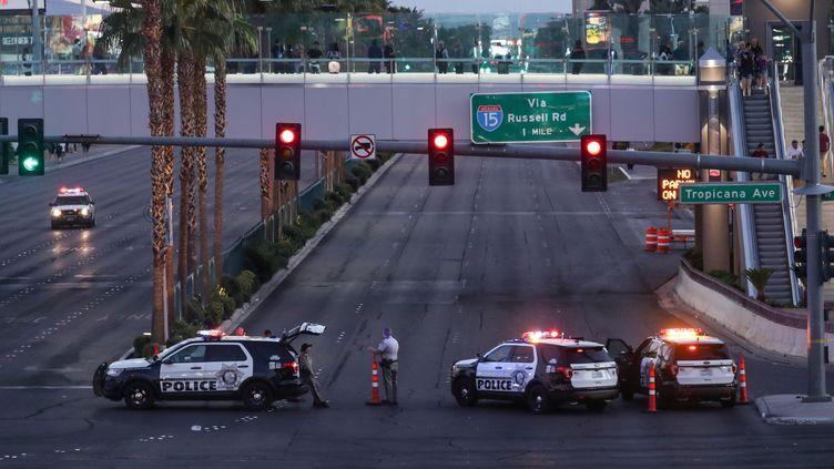 La police bloque l'accès à la route conduisant à l'hôtel Mandalay où s'était posté le tireur,à Las Vegas (Etats-Unis), le 2 octobre 2017. (ANADOLU AGENCY / AFP)