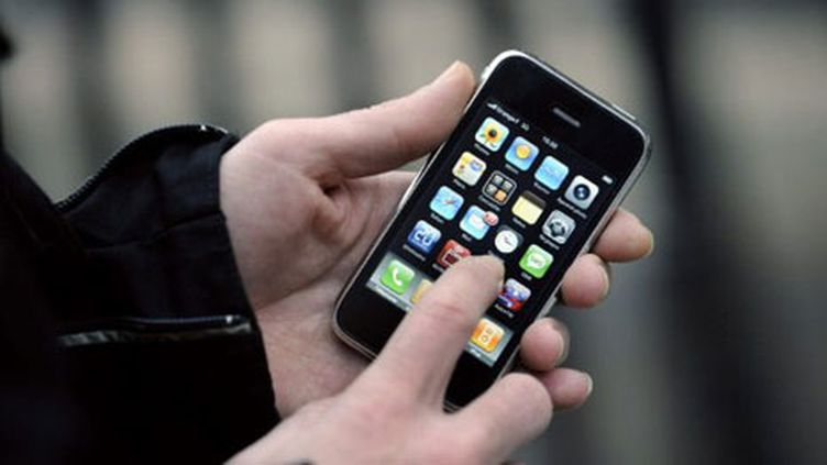 L'OMS considère que les téléphones portables sont aussi nocifs que le plomb, le chloroforme ou le café (AFP/Stephane de Sakutin)